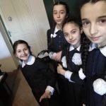 Илья Хе помогает гимназистам